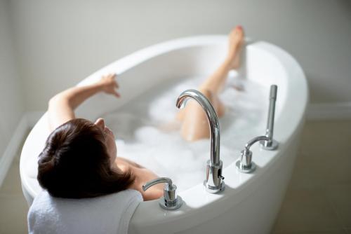 6 raisons pour lesquelles les docteurs recommandent de tremper dans des bains de sel d'Epsom