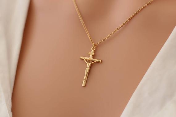 Comment choisir un pendentif croix pour les femmes ?