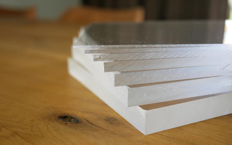 Acrylique et polycarbonate: une alternative idéale au verre